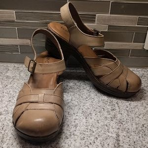 EUC B.O.C. taupe close toes sandals